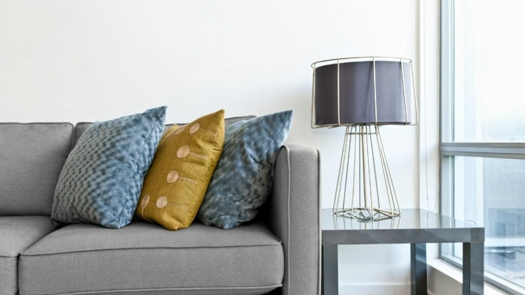 Wire cage table lamp